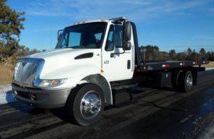 Greenlight 1/64 International Durastar 4400 Flatbed Wrecker Tow Truck   WHITE CAB Toys & Games